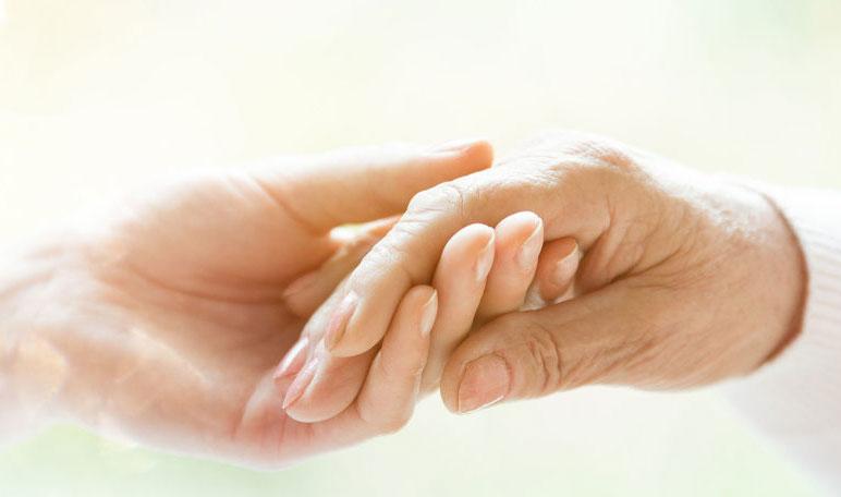 תמונת יד מחזיקה ביד אחרת עמוד תמיכה